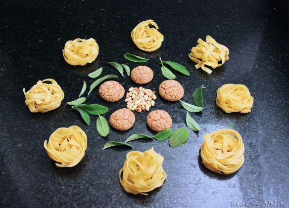 Snelle vegetarische najaarspasta met pompoen en amaretti koekjes. Verrassend lekker!! Ook enkele tips wat je met pompoenpuree nog meer kunt maken...