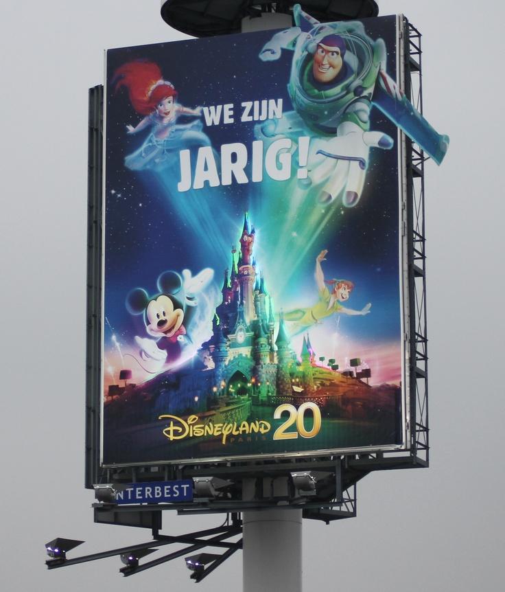 Om de 20ste verjaardag van Disneyland Parijs niet ongemerkt voorbij te laten gaan schakelde Disneyland een aantal mega reclamemasten van Interbest in. Op een aantal filegevoelige locaties werden spectaculars ingezet waarbij bijzondere lichteffecten op de uiting waren te zien. Zodoende werden gezinnen met kinderen op de achterbank impactvol op het 20 jarig bestaan gewezen. Daarnaast stak Buzz Lightyear letterlijk uit het mega billboard. Ook iets groots te vieren? www.interbest.nl…