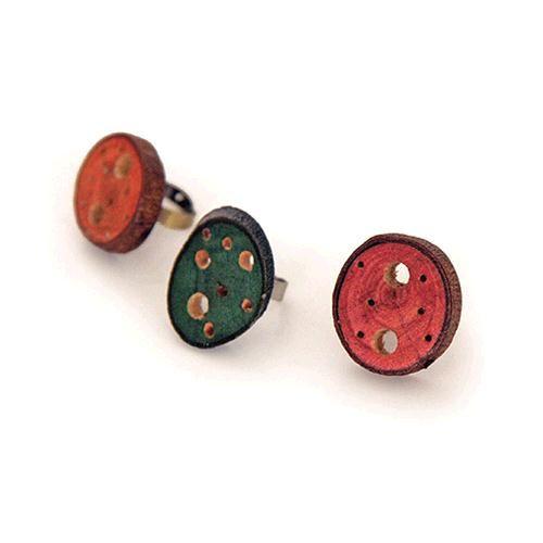 Set 3 Anelli Arlena - Set di 3 originali anelli regolabili realizzati con una piccola sezione di tronco. Colore: viola, turchese e arancio.