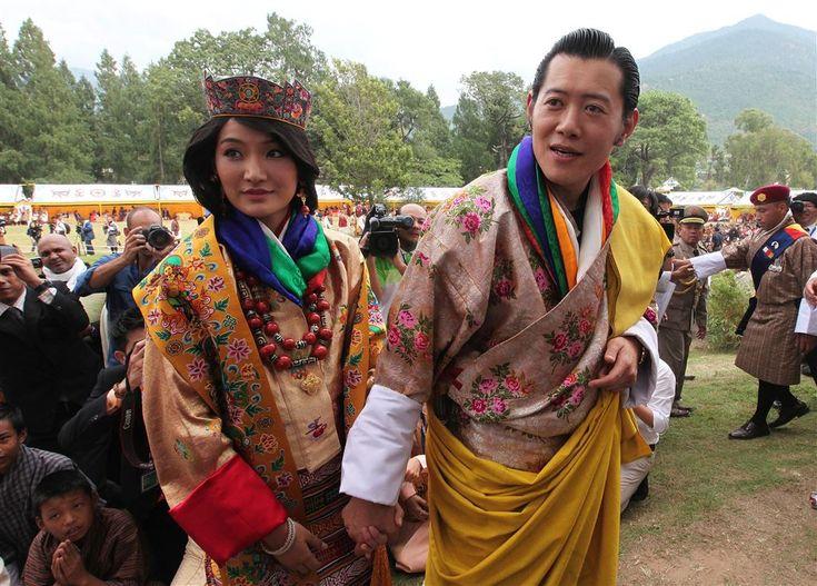 THIMPHU - Koningin Jetsun van Bhutan is in verwachting. Dat heeft haar echtgenoot koning Jigme Khesar Wangchuk woensdag zef bekendgemaakt tijdens een toespraak in het nationale stadion in de hoofdstad Thimphu. De koning sprak bij de nationale viering van de zestigste verjaardag van zijn vader, de in 2006 teruggetreden koning Jigme Singye. (Lees verder…)