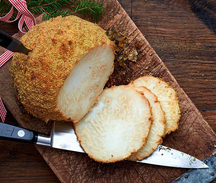 Vegansk julskinka av rotselleri är ett måste på varje grönsaksätares julbord. När man griljerat rotsellerin liknar den en julskinka, men smaken är helt annorlunda. När rotselleri bakas i ugn får den en härligt söt och nötig karaktär som är god till senapsgriljering.