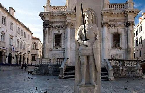 Az Orlando oszlop Dubrovnik főterén a Szent Balázs templom előtt áll. Ez az oszlop jelentette más részről a szabad királyi várost.