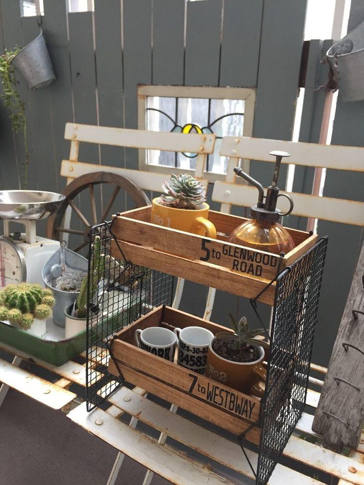 ダイソーの足付き焼き網と木箱を使い、工具要らずの二段ラックを作りました。 多肉などの植物を飾るのはもちろん、キッチンではスパイスラックとして、 リビングや子供部屋では文房具や小物などを入れたり。 色んな場所で重宝しそうなラック…作り方をご紹介します。