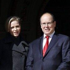 SOTSJI - Prins Albert II van Monaco en zijn vrouw prinses Charlène wonen vrijdagavond de openingsceremonie van de Olympische Spelen in Sotsji bij. Het prinselijk paar zal daar de Monegaskische delegatie van zes atleten aanmoedigen die tijdens de Spelen uitkomen in alpineskiën en bobsleeën.