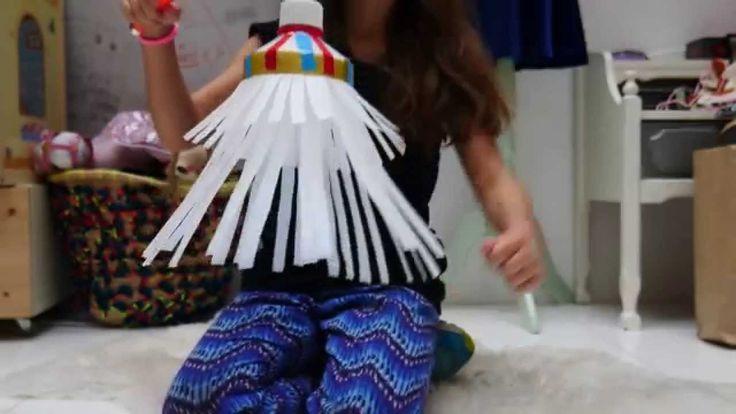 Filmpje: jonge dame Nina legt uit hoe je een leuke lampion maakt van plastic flessen voor Sint-Maarten!
