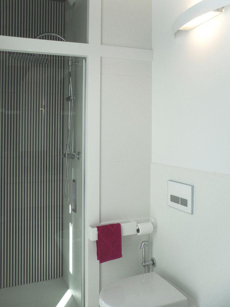 UN MICRO BAGNO: i materiali che spaziano da dimensioni micro a macro, i rivestimenti che coinvolgono pareti e soffitti e l'assenza totale di colore fanno di questo mini bagno uno spazio dilatato e vivibile. Progetto www.gariselliassociati.it