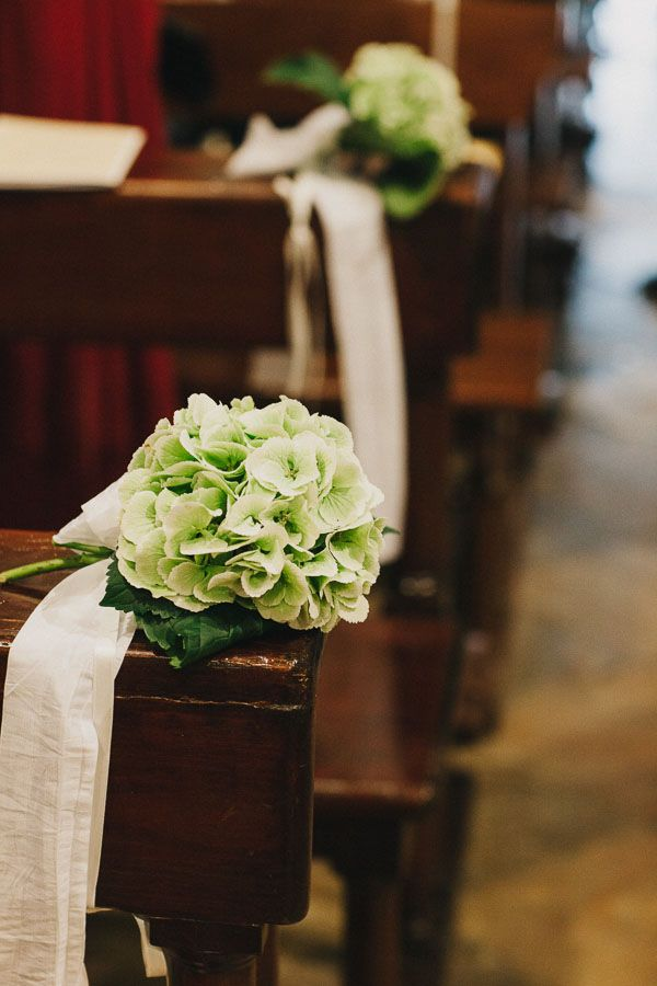 green hydrangea church decor http://weddingwonderland.it/2015/05/15-idee-la-cerimonia-in-chiesa.html