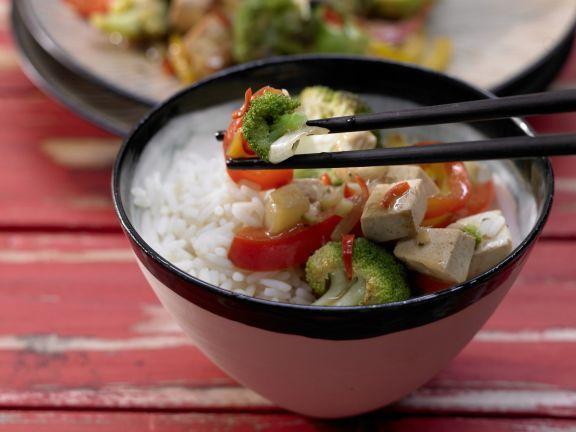 Vegetarisch: Brokkoli-Tofu-Wok mit Paprika und Cashewkernen: Bei gut 400 Kalorien wird Ihr Tagesbedarf an Folsäure bereits zur Hälfte erreicht.
