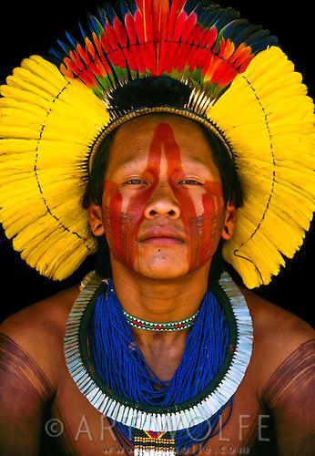 Povos nativos do Brasil. Este indígena caiapó, do sudoeste da Amazônia, está vestindo um cocar  magnífico de penas de papagaio.
