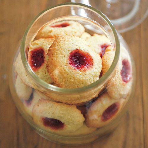 さくさくクッキーにしっとりいちごジャム。風味があって見た目もかわいいジャムクッキーです。