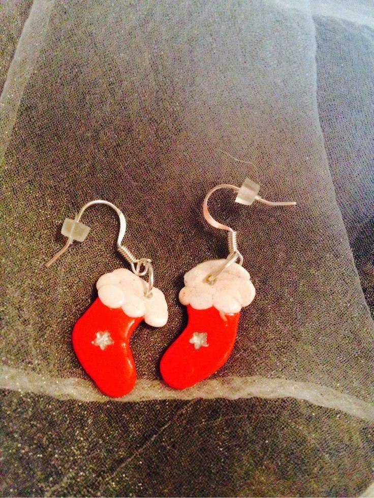 Boucles d'oreilles chaussons de Noel rouge : Boucles d'oreille par wendylafeedesbijoux