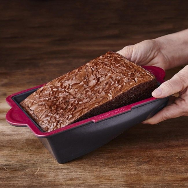Butter it, bake it, pop it out! This cake mold features a flexible base to easily remove cake after baking.