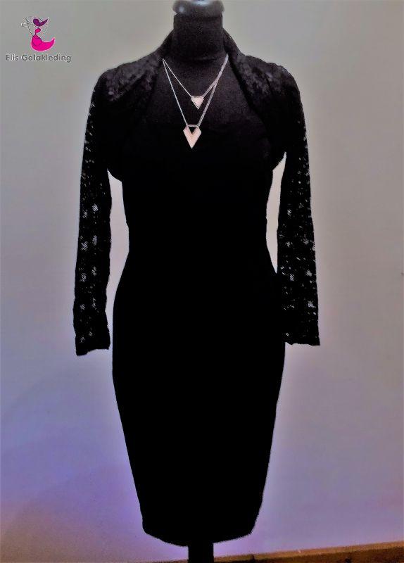 Klassieke dames jurk met knielengte. Bovenkant met brede schouderbandjes. Mooi getailleerd. Materiaal: Kleur : zwart. Maten: Inclusief bolero van stretch kant  - € 50,00