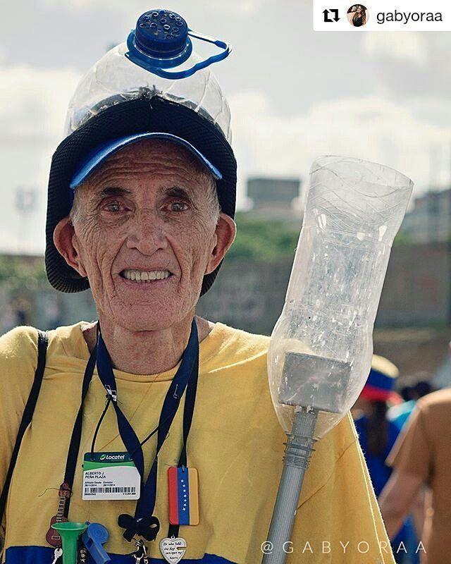 """Foto de @gabyoraa En tantos días de protestas están esos que siempre toman las calles Gaby tiene una mirada más cercana con algunos. .  #ccs #caracas #caminacaracas  """" Soy el viejito de la máscara"""" me dijo. """"Ese fue el sobrenombre que me pusieron. Mira mi máscara!"""" Caracas 20 de Mayo. #elviejitodelamascara #marcha #protesta #venezuela #represion #mascara #viejito #20m"""