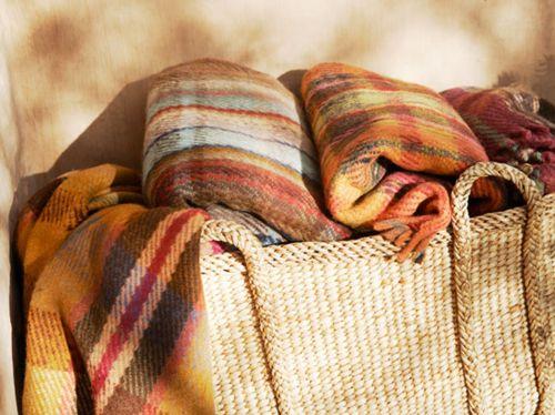 Trouw je op een locatie waar de gasten het misschien wel koud kunnen krijgen tijdens jouw herfst bruiloft? Zet manden met dekens neer - passend bij het kleurenschema van jouw trouwerij. Inspiratie #TrouwPartners