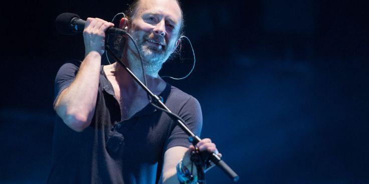"""Tijdens een show in Berkeley Californië toonde Radiohead hoe je als band op een goede manier omgaat met technische moeilijkheden. Tijdens het nummer 'Give Up The Ghost' realiseerde zanger/gitarist Thom Yorke dat er iets mis was met zijn podiumgeluid en mompelde """"aw shit"""" in de microfoon. Gitarist Jonny Greenwood maakte gretig gebruik van de situatie en samplede de """"aw shit"""" van Yorke om die daarna af te spelen in een loop. Dat vonden zowel Yorke als het publ..."""