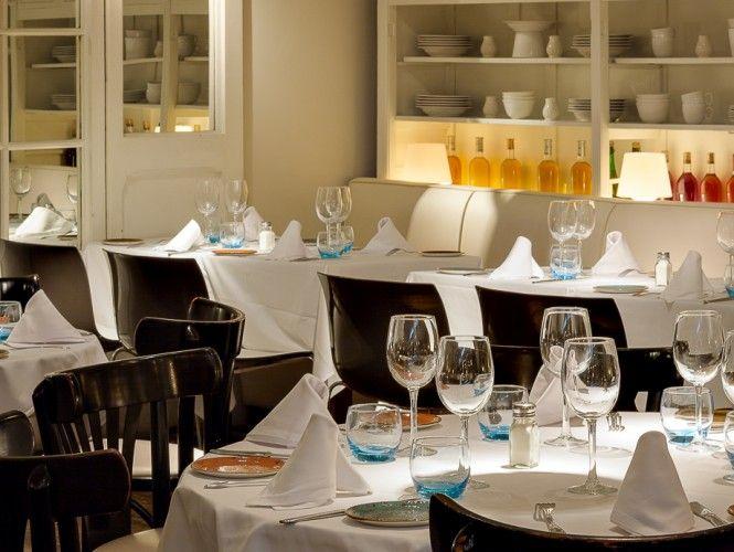 En pleno corazón del barrio de Chueca, este restaurante ambientado como una elegante tienda de ultramarinos cautiva por su modernidad y sorprende con una excelente propuesta culinaria que fusiona a la perfección la tradición mediterránea con la concina de vanguardia.