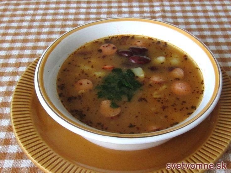 Jednoduchá desiatová polievka, vďaka použitiu sterilizovanej fazule rýchla na prípravu.