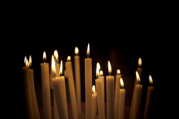 Para proceder con la interpretación de las llamas de las velas en primer lugar debemos apagar cualquier tipo de luz que exista en la sala y así poder iluminarnos