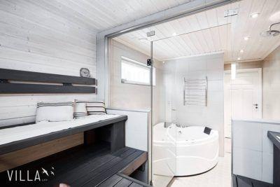 Moderni mustavalkoinen sauna ja lasiseinä
