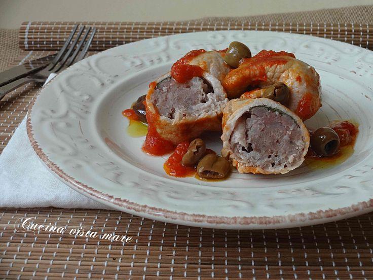 Gli involtini di arista e salsicce, una ricetta dalla preparazione semplice per portare in tavola un ottimo piatto invernale gustoso e saporito!