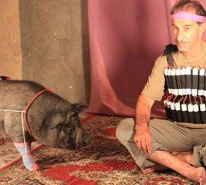 """""""Das Schwein von Gaza"""" - Kino-Tipp - Eines Tages fischt der palästinensische Fischer Jafaar (Sasson Gabay) ein Hängebauchschwein aus dem Meer - und hat große Probleme, es wieder loszuwerden."""