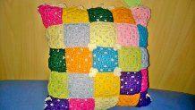 un mondo di colori per il cuscino a piastrelle all'uncinetto