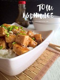 Haz este tofu agridulce en minutos! Crujiente por fuera y suave por dentro con un glaseado exquisito de salsa agridulce. Va perfecto servido sobre arroz blanco.