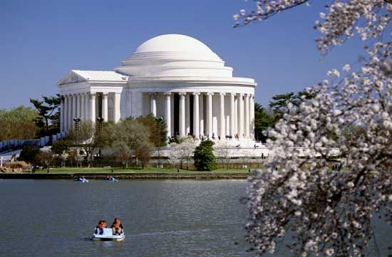 The Jefferson Memorial was my favorite monument in Washinton, DC and I loved visiting this area!