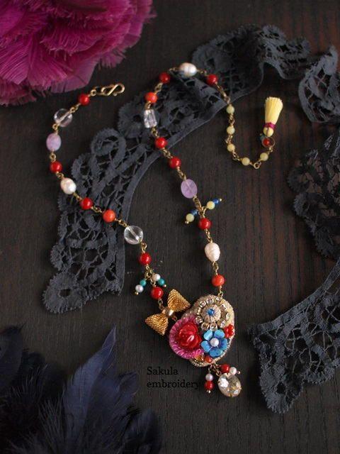 カラフルブーケの刺繍ネックレス