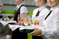 Cosa vorresti servire agli invitati a un matrimonio? Champagne e fiori di ibisco in sciroppo....