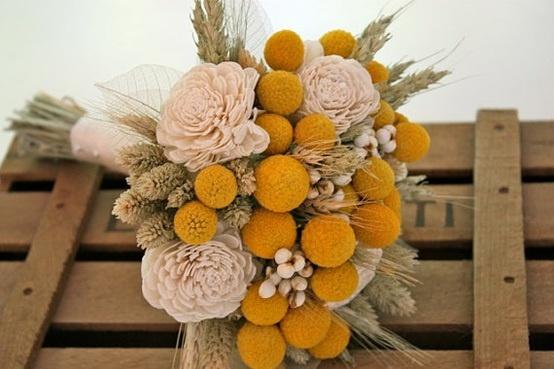 Buquê com  Billy  Buttons e flores feitas em feltro.