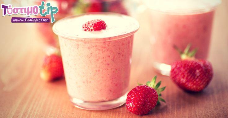 Αγοράστε μία μεγάλη ποσότητα από φράουλες, πλύνετε τις καλά, αφαιρέστε τα πράσινα κοτσάνια και καταψύξτε τις σε σακουλάκια. Έτσι θα έχετε φράουλες όλο το χρόνο για τα smoothies και τους χυμούς σας.  #tip #strawberry #smoothie #instafood #healthy #diy