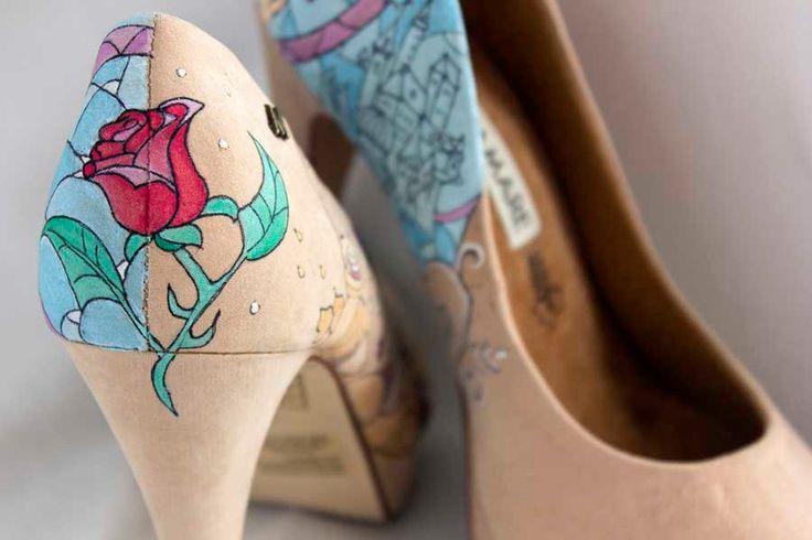 Zapatos pintados a mano de La Bella y la Bestia de LapizCreativo en Etsy #handpaintedshoes #beautyandthebeast #labellaylabestia #zapatospersonalizados