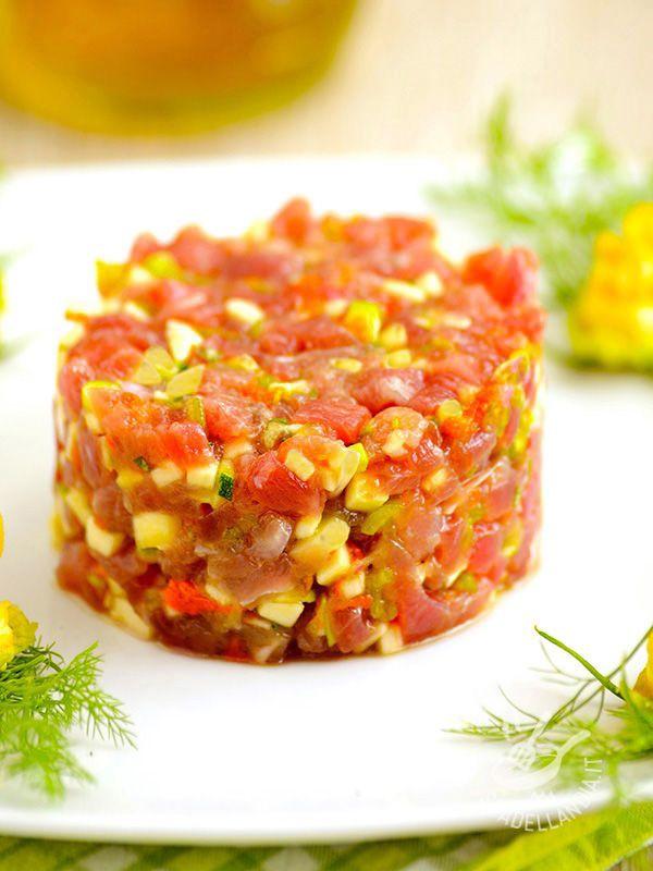 Tuna tartare, zucchini and scallions - Se siete amanti delle crudités saporite, e delle pietanze che ricordano quelle giapponesi, non potete perdervi la Tartara di tonno, zucchine e scalogno! #tartaraditonno