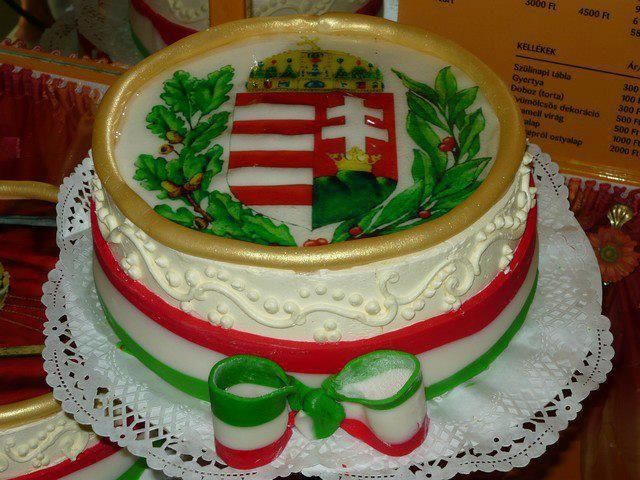 Cake showing Hungarian crest.