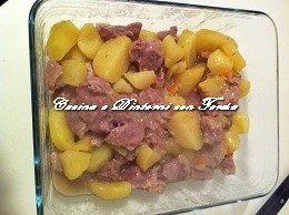 Spezzatino di vitello con patate cotti in pentola a pressione