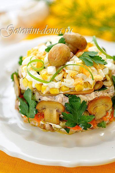 """Рецепт: Салат """"Осенний"""" (с курицей, грибами и маринованными огурцами)"""