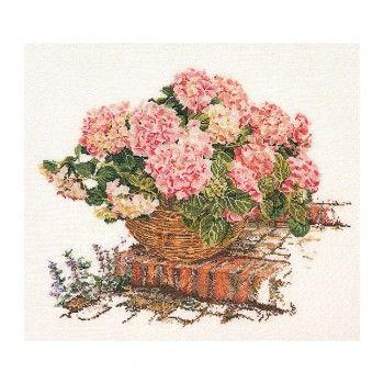 Borduurpakket+van+prachtige+roze+hortensia's+in+een+rieten+mand.