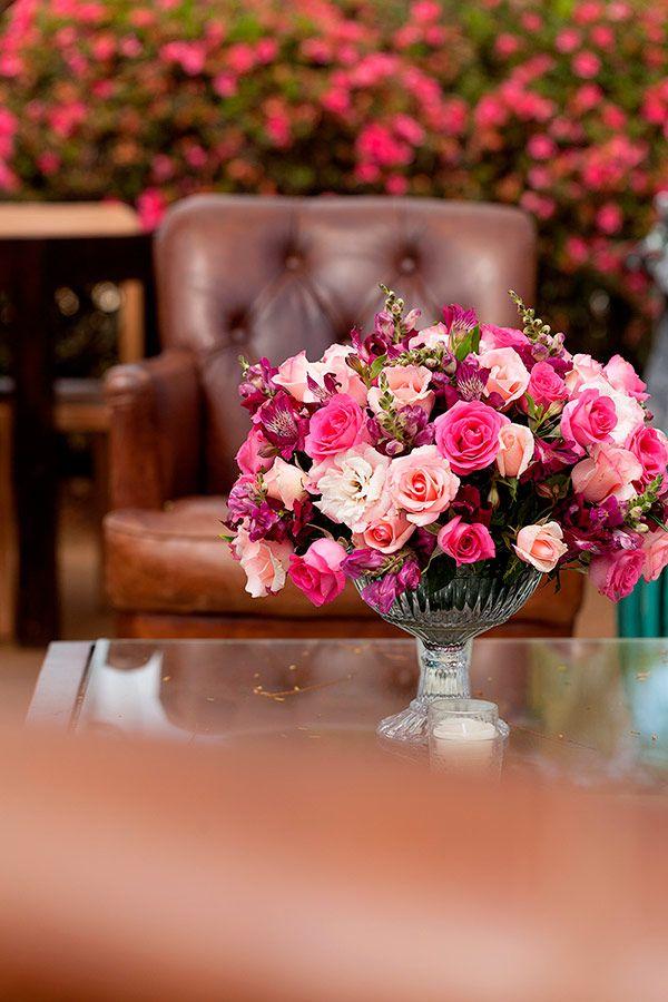 Veja decoração de casamento na Fazenda Lageado, com tons de rosa e vinho e arranjos aéreos. Ã'Â