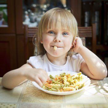 Cómo hacer palomitas con chocolate para la merienda de los niños. Ideas de platos para fiestas infantiles. Recetas con Nocilla, de Guiainfantil.com. Palomitas caseras. Recetas divertidas con palomitas.