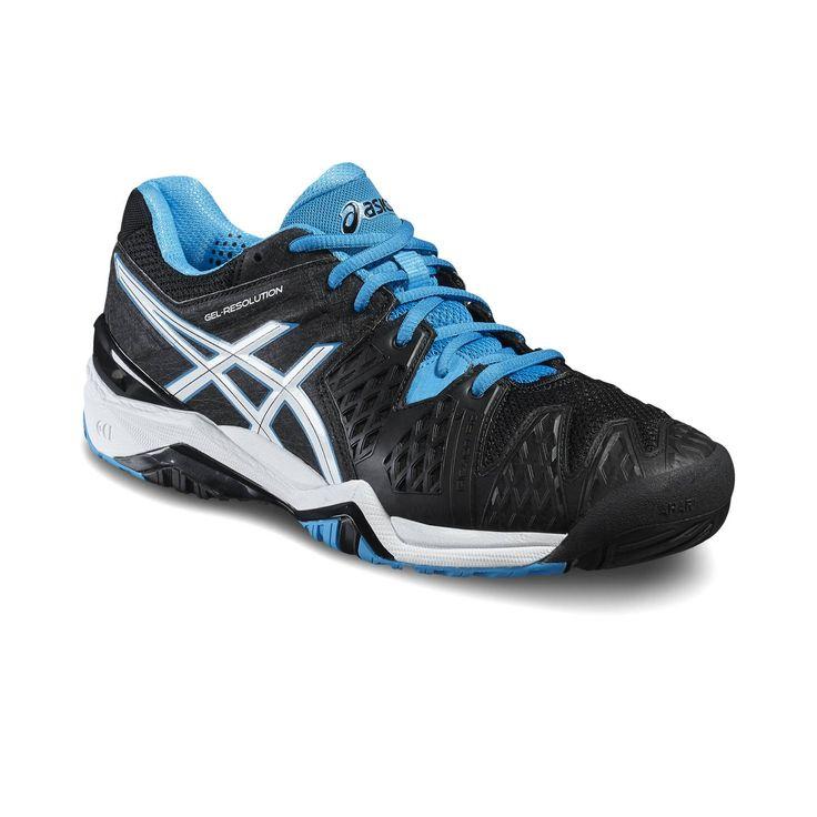 ASICS GEL-Resolution 6 tennisschoenen  Description: Snelle en sterke tennissers hebben een paar schoenen nodig die bij die stijl past. Ben jij zo'n speler kies dan voor de GEL-Resolution 6 Clay gravelschoen van ASICS. Met deze superlichte herenschoenen sprint je van de ene naar de andere kant van de baan dankzij de buitenzool die vrijheid en flexibiliteit geeft en ervoor zorgt dat je in een fractie van richting kunt veranderen. Deze schoenen geven je voeten steun op de punten waar de…
