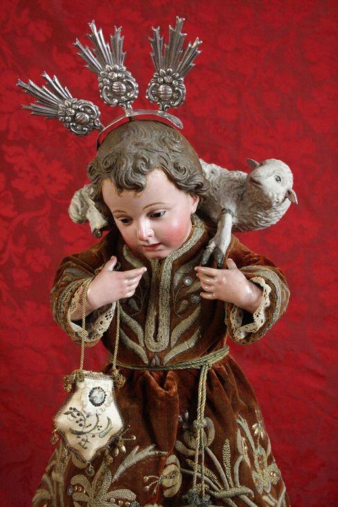 PASTOR, factura española barroca ricamente vestida: el cordero y el morrión, dan los atributos de su tipología. Las potencias de plata, de su divinidad.
