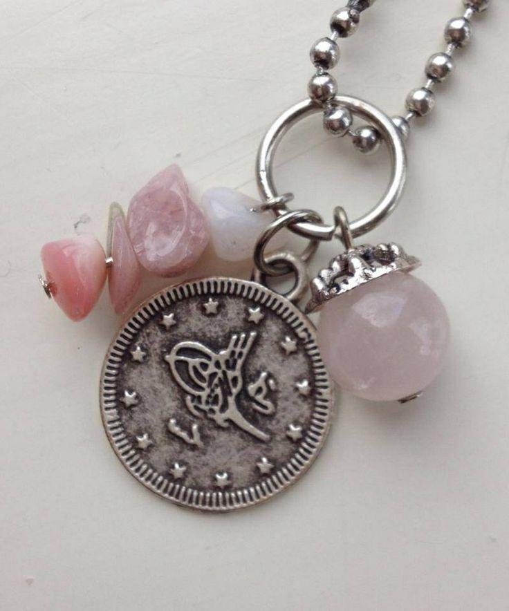 Bedel van roze glas kraal met metalen kraalkap, Peruviaanse roze opaal splitstenen en een metalen Arabische geluksmunt. €4,00