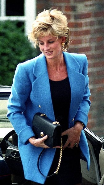 September 6, 1995: Princess Diana (with Prince Charles & Prince Harry) escorted Prince William to Eaton on his first day.