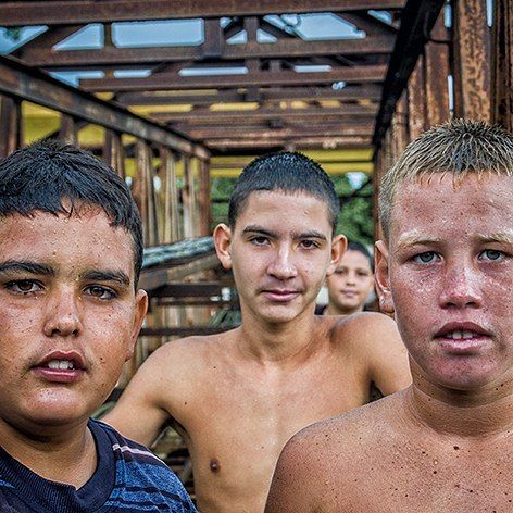 """Banda de Hermanos"" de la serie ""Pio Tai"" // ""Band of Brothers"" part of the series ""Pio Tai"". @kakoescalona @mayangdi #piotai #chilhoodincuba #chilhood #Cuba #cubans #chilhoodfriendship #groupphoto"