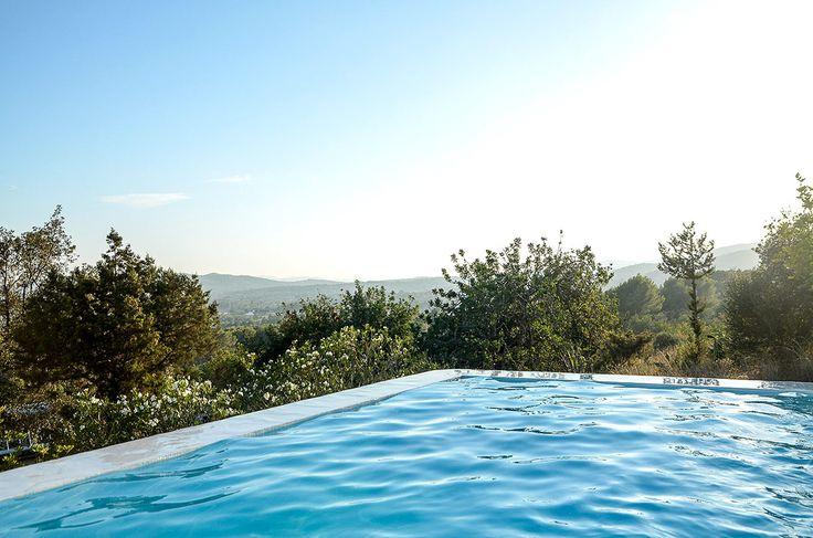 La piscina en plena campiña es un añadido espectacular a la vivienda.