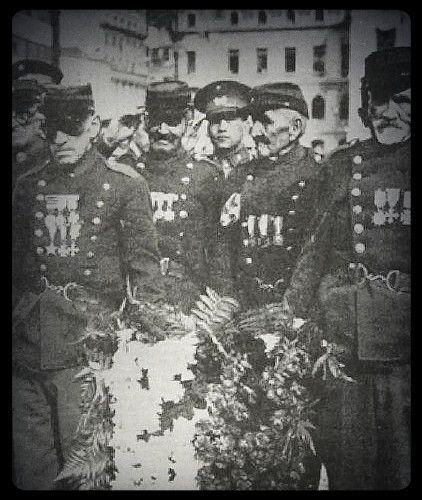 Una delegación de Veteranos del 79, compuesta por siete viejos combatientes, con su uniforme del 7° de Línea, cargan una ofrenda floral a los pies del monumento de Prat en Valparaíso (1941). Héroes del Silencio  Carlos Méndez Notari