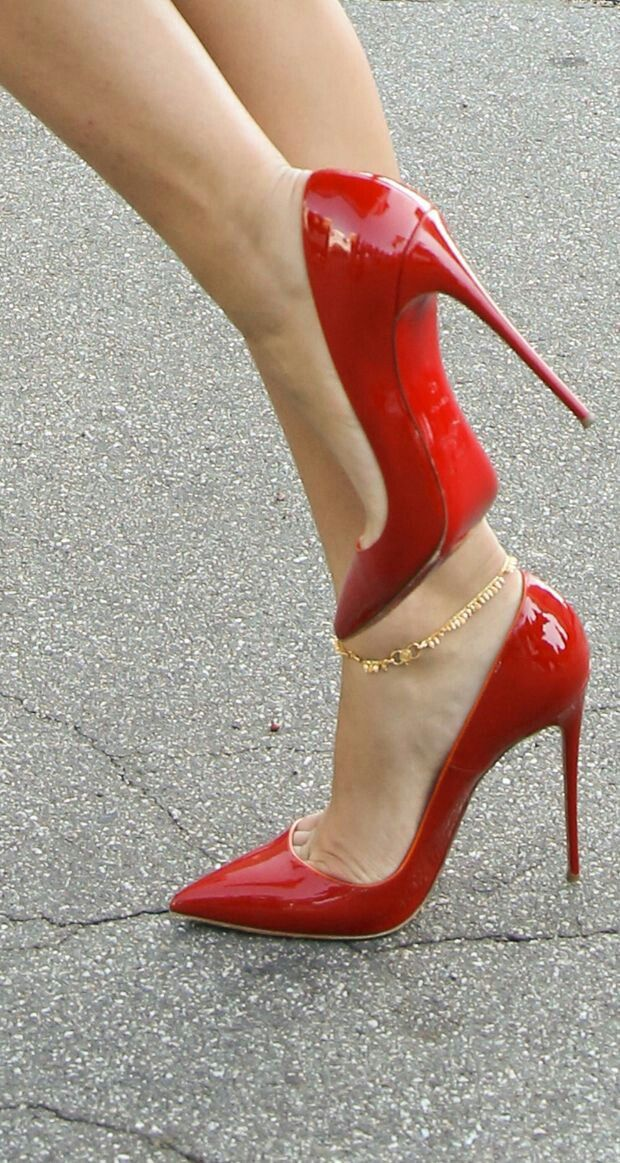 Red patent pointed toe pumps. Tacchi Close-Up #Shoes #Tacones #Heels
