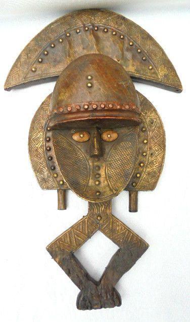Reliekschrijn voogd beeldje - BAKOTA - Gabon  BAKOTA reliekschrijn voogd beeldje Gabon; Hout; Vergulde metalen; Oude patina. Hoogte: 52 cm; Bezwaar in zeer mooie staat.Dit soort relikwieën werden gebruikt voor de instandhouding van de overblijfselen van het mortuarium van voorouders van hoge afkomst in manden bekroond door specifieke sculpturen die een of andere manier de rol van beschermers van deze relikwieën speelde geplaatst.De belangrijkste beslissingen van de clan waren genomen in de…